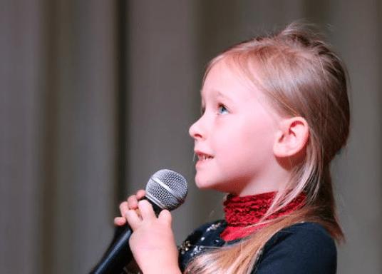 petite fille chant